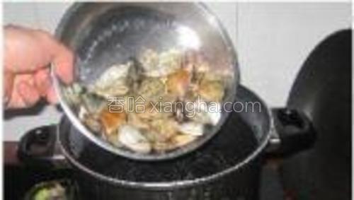 锅内倒入半锅凉水,然后把蛤蜊倒入锅内。