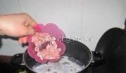 锅内水热后加入瘦肉、姜片。