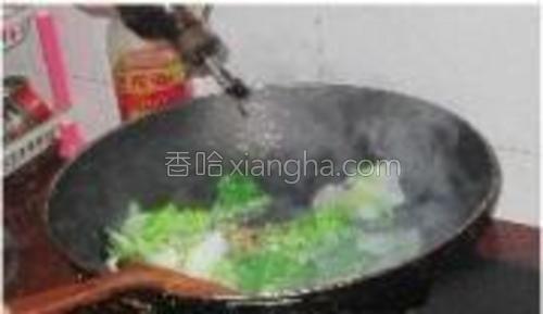 加适量盐和少许生抽,炒好的白菜盛出备用。