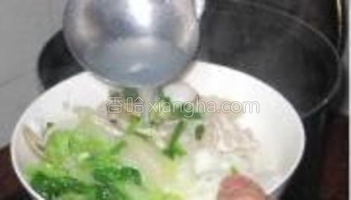 捞出的河粉装入碗内,上层摆上瘦肉、蛤蜊、炒好的白菜、撒少许葱花,浇上锅内的汤即可。