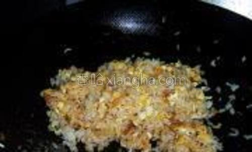 继续翻炒,使米饭都均匀沾满酱油即可。
