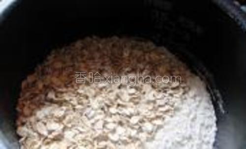 面粉与燕麦混合,放入盆中。