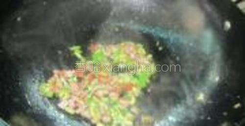 锅里放油放进青椒丁,腊肉丁,加盐翻炒,