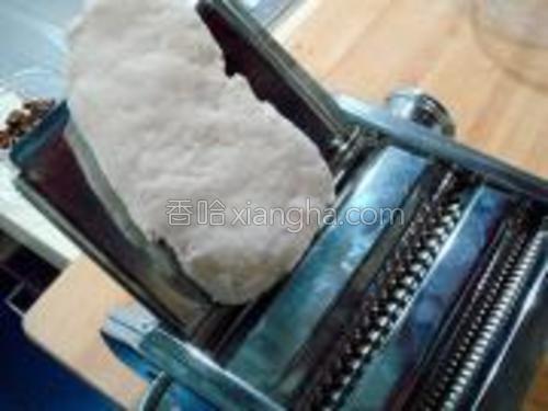 然后用压面机滚压三遍使面细腻光滑,没有压面机用擀面杖手擀也行。