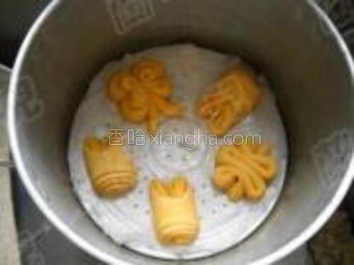 发酵好的馒头胚,入开水锅中,隔水蒸20分钟;关火,虚蒸5分钟后取出。
