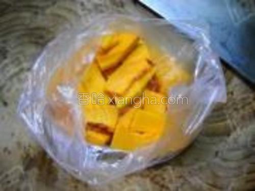 南瓜去皮、洗净切片;装入微波保鲜袋。