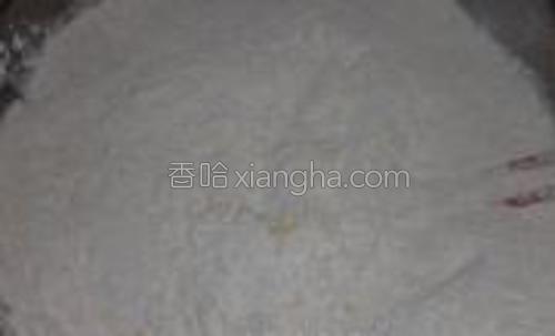 加适量面粉和酵母用筷子搅拌均匀
