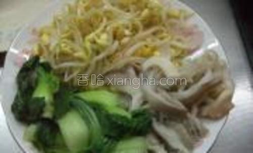 将黄豆芽,平菇,油菜分别焯水捞出备用。