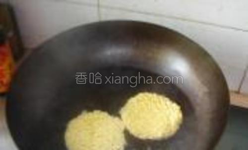 清水入锅中煮开,放入面饼大火煮。