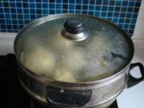 放入蒸锅冷水上汽大火蒸20分钟再挂火须蒸5分钟出锅即可。