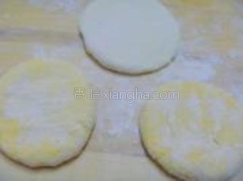 然后把揉好的面团揪成自己认为合适的剂子,然后擀成厚一点的面饼。