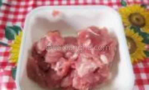 预备好猪肉碎。