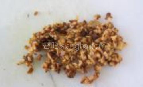 香菇浸软也成小小粒状。