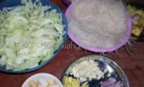 原料:米粉包菜鱼饼肉片姜葱蒜。