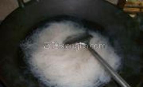 将米粉浸泡在热水泡软。