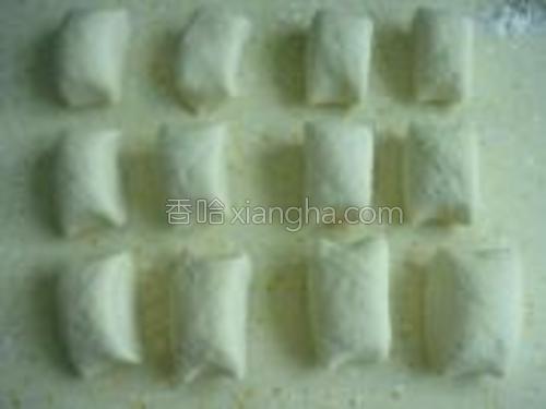 将发酵好的面团反复揉匀;切成大小均匀的剂子。