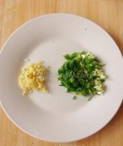 香葱洗净切成葱花,姜切末备用。(不喜欢香葱的话可以换成芹菜末,胡萝卜末,或者香菜,又或者白菜末,看大家各自口的喜好)