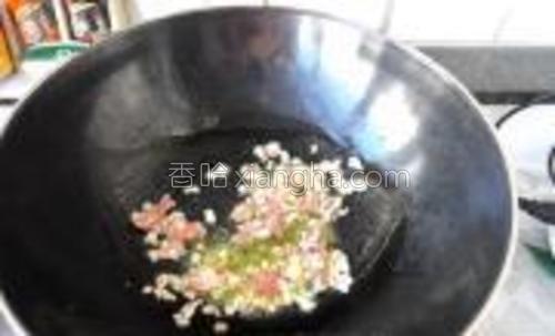 锅上火,油热放入猪肉煸炒。