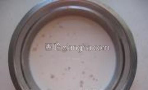 酵母5克用温牛奶融化。