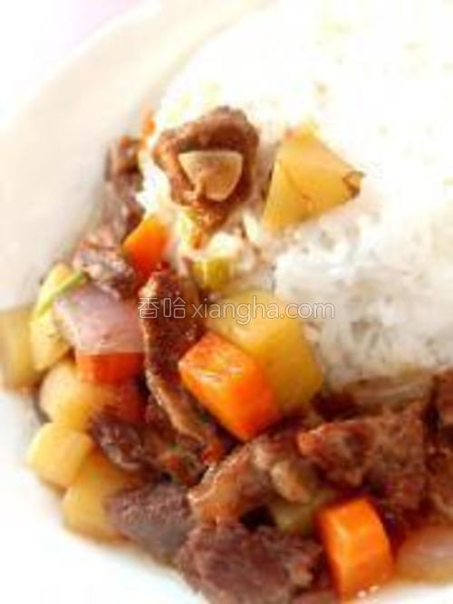 浇到蒸熟的米饭上,牛腩烩饭做好了