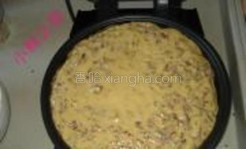 面糊拌匀后直接倒入刷好油的饼铛中。