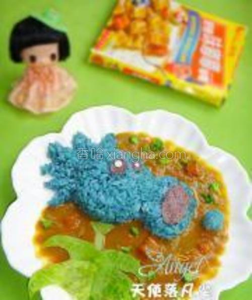 将好侍咖喱味嘟嘟鸡肉倒在米饭旁边,用生菜剪出叶子摆在合适位置即可。