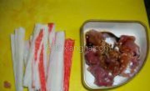 蟹柳切片,肉片加入一点淀粉,酱油,黑酱油腌制5分钟。
