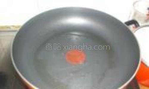 煎锅里加少许油,烧至7成热