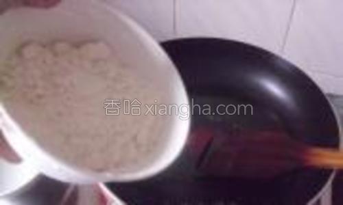 煎锅里倒入30克的油,倒入面粉