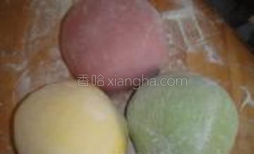 将自发粉分别和三种蔬菜汁成面团,35度醒发40-60分钟,将发好的面团揉匀。