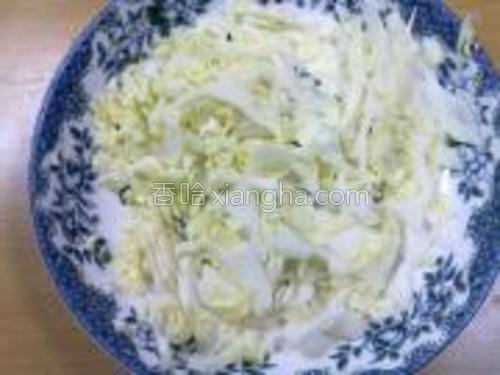 包菜丝放于盘子底。