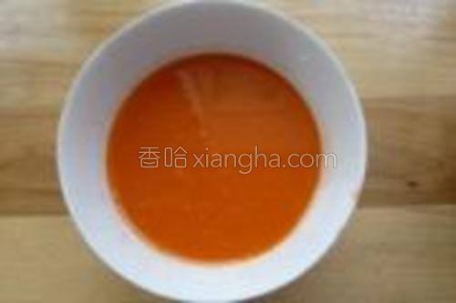 胡萝卜洗净去皮榨成汁。