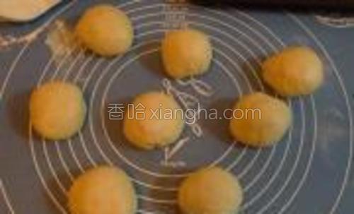 将材料中黄油以外的材料全部混合,搅拌成光滑状。然后加入无盐黄油,搅拌成可拉出薄膜的面团。发酵至2倍大后,取出排气,分割成8个面团,滚圆。
