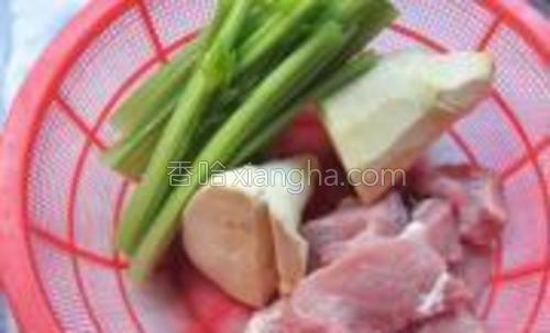 春笋、芹菜和瘦肉都洗净。