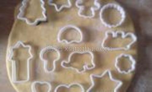 用各种形状的饼干模刻出各种形状的小馒头