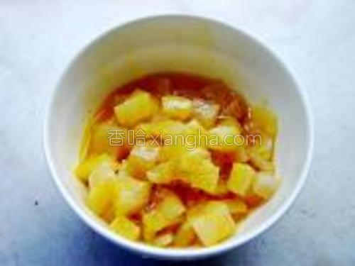 鲷鱼块解冻洗净,切成粗粒,用盐,胡椒粉,蛋黄1个混合拌匀,腌制15分钟待用。