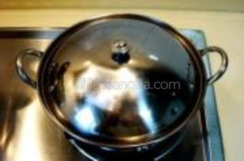 锅仔上火焖煮至5分钟即可上桌食用。