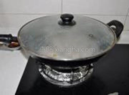 等到第二遍的水烧开后,再放入一次冷水,盖上盖子,中火。
