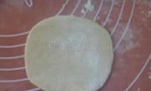 用擀面杖将一个个剂子按照中间厚,外边薄的方法擀成皮。
