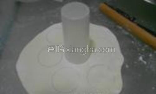 醒好面团,擀成薄片,用杯子用力压成饺子