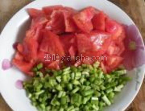西红柿切成小块,蒜苔切成末