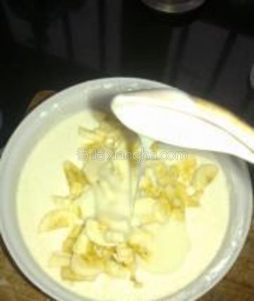 将香蕉粒放入面糊,再依个人喜好加入适量炼乳