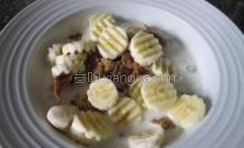 将切成片的香蕉加入即可食用。