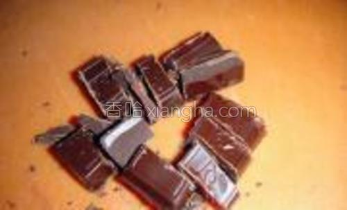 巧克力切成小块,包入圆片中。