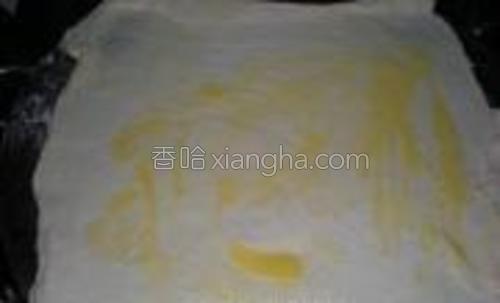 黄油用微波炉叮一下成液态,然后将面片均匀抹上黄油,不要抹太多,但是边角处最好都抹到