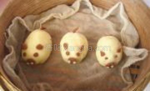 做好的三只小猪,放在蒸笼中,醒十分钟,上笼蒸15分钟