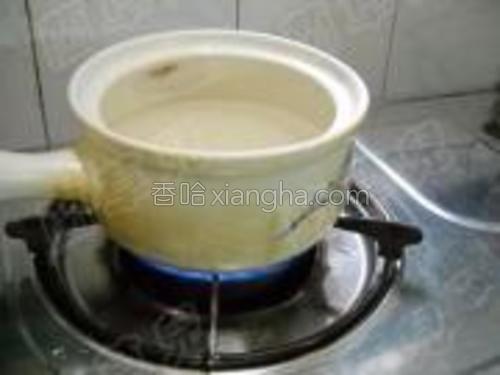 大米洗净,倒入沙煲,加入适量冷水;大火煮开,小火煮10分钟。