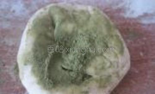 取一个面团,揉入抹茶粉,揉成绿色面团。