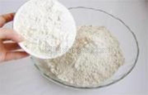 将面粉倒入杂粮面中。