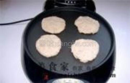 用擀面杖擀成皮,包入馅料,捏紧,用平底锅或者电饼铛子慢慢烘烤至两面金黄起酥即可。